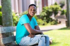Universitaire student in openlucht stock fotografie
