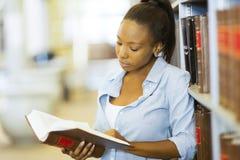 Universitaire Student Reading Book stock fotografie
