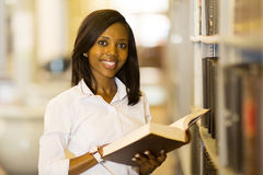 Universitaire Student Reading Book Stock Afbeelding