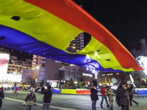 Universitate fyrkant med folk och den revolutionära romanian flaggan Fotografering för Bildbyråer