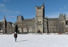 Universiteit in de winter royalty-vrije stock afbeelding