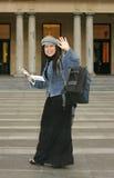 Universiteit - Student die aan medestudenten golft stock fotografie