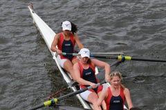 Universiteit van het Roeien van Pennsylvania rassen in het Hoofd van het Kampioenschap Eights van Charles Regatta Women royalty-vrije stock foto's