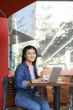 Universiteitsmeisje in koffie Royalty-vrije Stock Fotografie