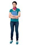 Universiteitsmeisje met hoofdtelefoons rond haar hals Stock Afbeeldingen