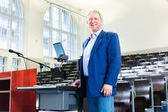 Universiteitsprofessor in auditorium Royalty-vrije Stock Foto's