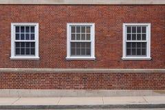 Universiteitsvensters op bakstenen muur royalty-vrije stock afbeelding