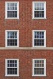 Universiteitsvensters op bakstenen muur royalty-vrije stock afbeeldingen