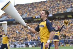 2014 Universiteitsvoetbal - Mannelijke Cheerleader Stock Fotografie