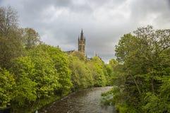 Universitet av det Glasgow tornet, över floden Kelvin Royaltyfria Foton