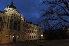Universitet av nationalekonomi vid natt arkivbilder