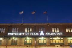 Universitet av Texas Arlington byggnad på natten Royaltyfria Bilder