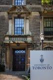 Universitet av Toronto - ingång till en byggnad Arkivbild