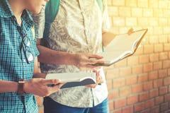 Universitet som studerar vänner som studerar och läser böcker i clas Arkivbilder
