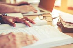 Universitet som studerar vänner som studerar och läser böcker i clas Royaltyfri Bild