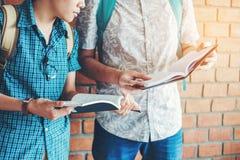 Universitet som studerar vänner som studerar och läser böcker i clas Arkivfoton