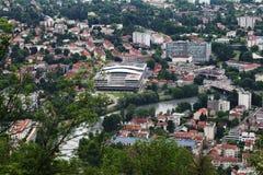 Universitetbyggnader i Grenoble som ses från det Bastilla berget, Frankrike arkivbilder