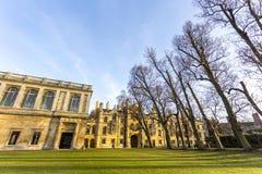 Universitetet av Cambridge är ett college- offentligt forskninguniversitet i Cambridge, England Grundat i 1209 Arkivfoton
