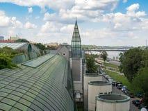 Universitetet av Warszawaarkivet med det härliga taket arbeta i trädgården arkivbilder