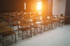 Universitetklassrum med trästolar royaltyfria foton