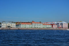 Universitetskaya堤防和宫殿看法Pyotr II在圣彼德堡,俄罗斯 免版税库存照片