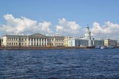 Universitetskaya invallning, byggnader av akademin av vetenskaper och kabinett av kuriositeter i sommardag St Petersburg fotografering för bildbyråer