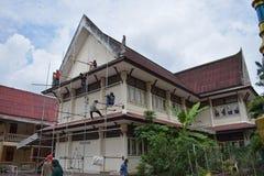 UNIVERSITETSLÄRARE MUANG, THAILAND - MAJ 02 2018: Byggnadsarbetare är målarfärg Arkivfoton