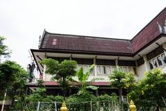UNIVERSITETSLÄRARE MUANG, THAILAND - MAJ 02 2018: Byggnadsarbetare är målarfärg Arkivbild