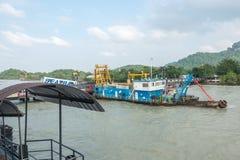 UNIVERSITETSLÄRARE SAK, THAILAND - December 20, 2017: Sikt av Donsak Pier Don Sak Seatran Ferry Pier från färjan Arkivfoto