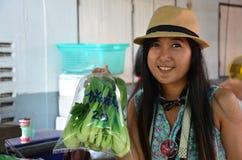 Universitetslärarewai som svävar marknaden på Nakornprathom Thailand Arkivbild