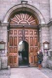 Universitetsområdeingång av Treenighethögskolan som brett är ansedd att vara det mest prestigefulla universitetet i Irland Royaltyfri Foto