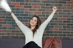 Universitetsstudent som uttrycker framgång arkivbilder