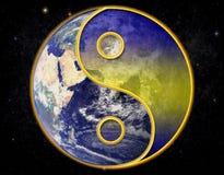 Universo de Yin yang no fundo estrelado imagens de stock royalty free