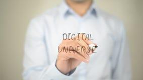 Universo di Digital, scrittura dell'uomo sullo schermo trasparente Immagini Stock