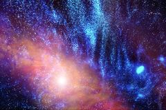 Universum i en avlägsen galax med nebulosor och stjärnor arkivfoton