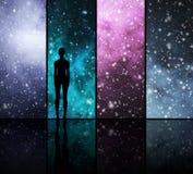 Universum, Sterne, Planeten und eine menschliche Form Stockbild