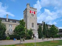 Uniwersytecki budynek z kanadyjczyk flaga zdjęcie stock
