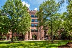 Uniwersytetów Yale budynki w lata niebieskim niebie w Nowej przystani, CT USA Zdjęcie Stock