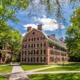 Uniwersytetów Yale budynki w lata niebieskim niebie w Nowej przystani, CT USA Fotografia Royalty Free