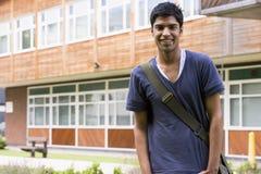uniwersytet college męski ucznia obrazy royalty free