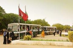 Uniwersytet Karachi - ucznie podróżuje w Uniwersyteckim punkcie Zdjęcie Stock