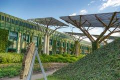 Uniwersytet Warszawska biblioteka z pięknym dachem uprawia ogródek w Polska zdjęcia stock