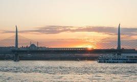 Unkapani阿塔图尔克在金黄垫铁的地铁桥梁在伊斯坦布尔,土耳其 免版税图库摄影