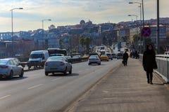 Unkapani Bridżowi & ruch drogowy samochody & ludzie Istanbuł zdjęcia stock