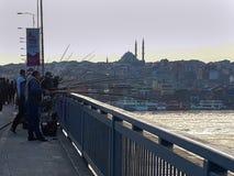 Unkapani mosta rybacy Łowi na Goldenhorn obraz royalty free