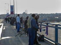 Unkapani rybacy w Istanbuł & most zdjęcia stock