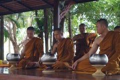 Unknow和尚准备吃食物,曼谷,泰国 免版税库存图片