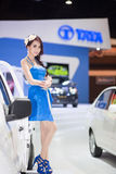 Unknow-Modell in der blauen Kleiderarbeit über TATA-Stand an der 30. internationalen Bewegungsausstellung Thailands am 3. Dezember stockfoto