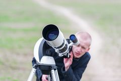 Free Unknown Young Astronomer Looking Skyward Through Astronomical Telescope Royalty Free Stock Photos - 138800098