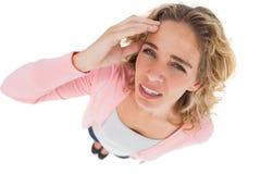 Unkosten der attraktiven Frau ihre Stirn berührend lizenzfreies stockbild